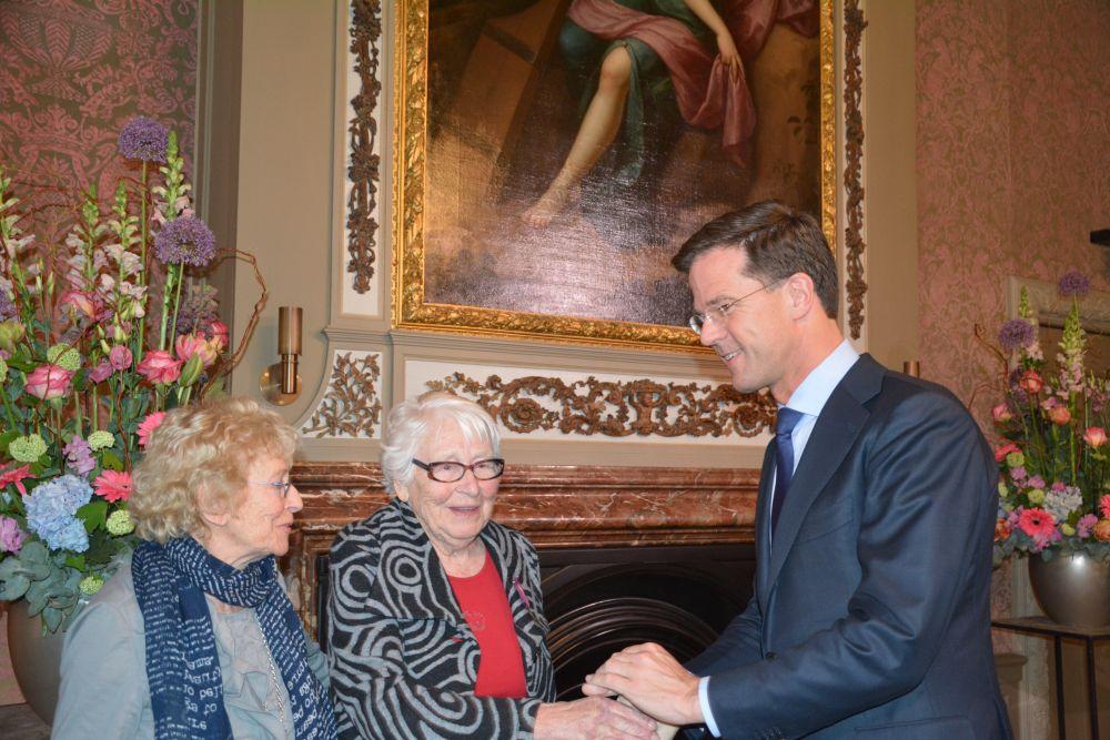 Truus en Freddie OVersteegen ontvangen het mobilisatie-oorlogskruis uit handen van premier Rutte