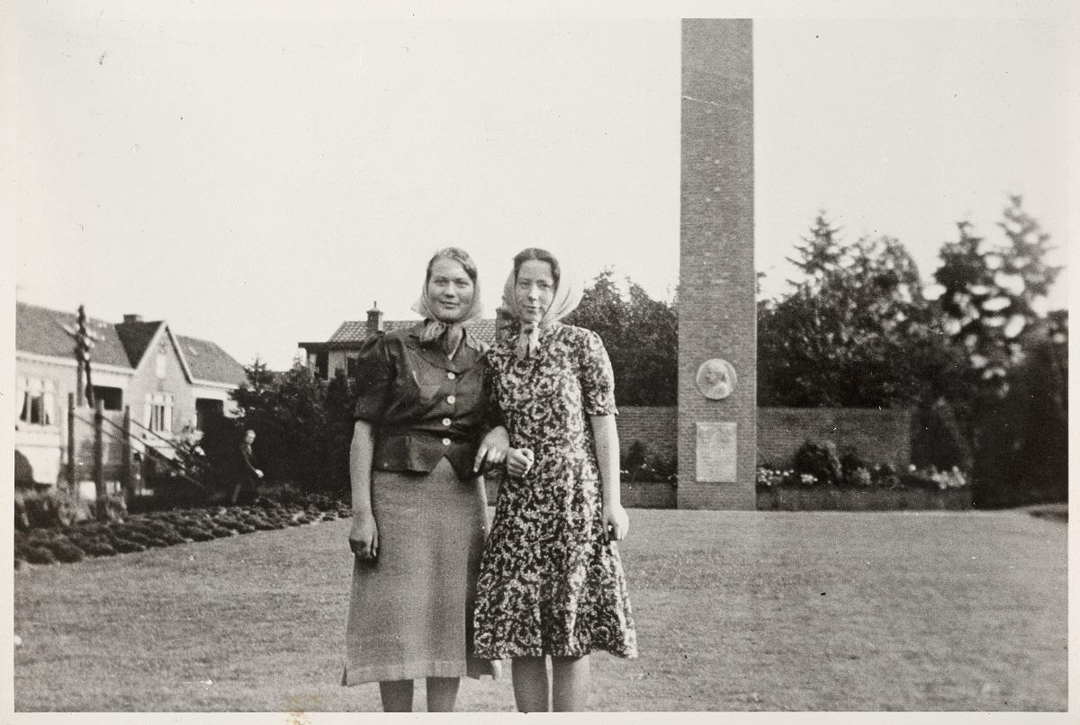 Hannie Schaft en Jopie Wassink bij het Emmamonument