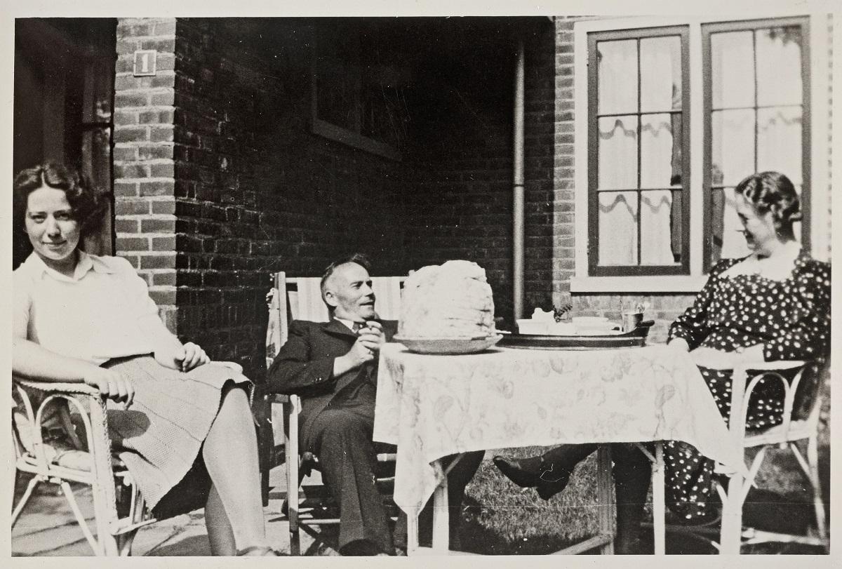 foto van Hannie Schaft en haar ouders waarschijnlijk tijdens een vakantie