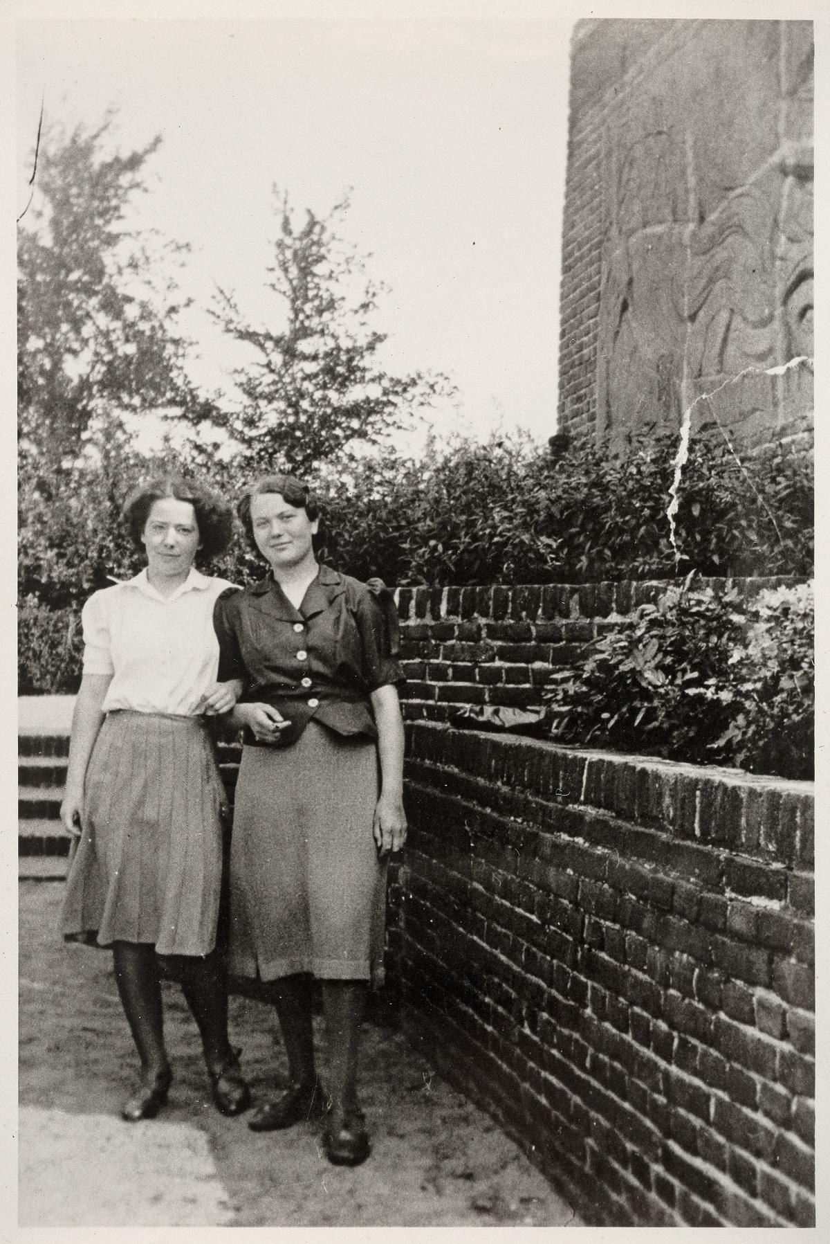 Foto van Hannie Schaft en Jopie Wassink bij het Belgenmonument Amersfoort