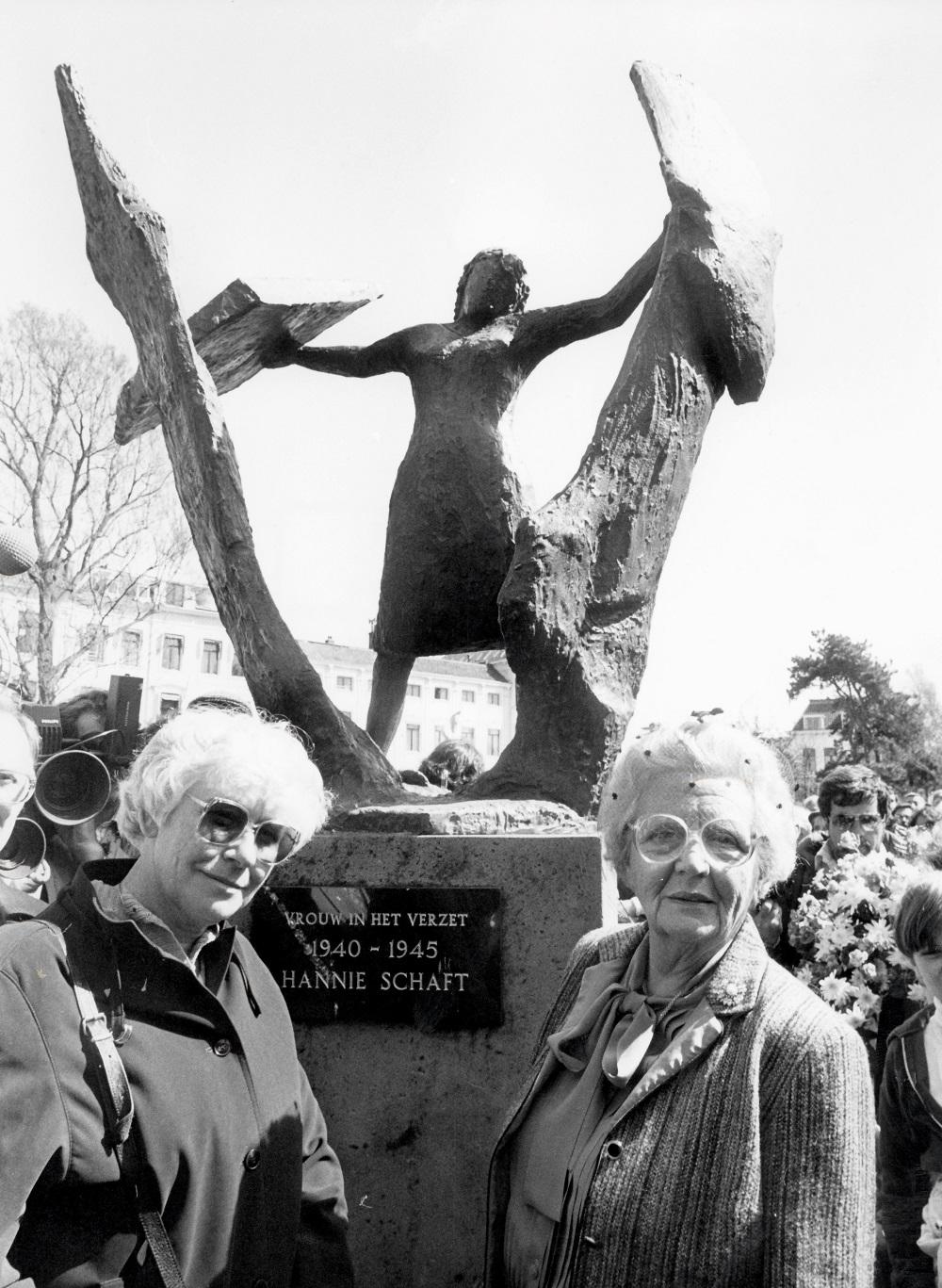 onthulling van het Beeld van Hannie Schaft op 3 mei 1982. Op de foto links Truus Menger OVersteegen, rechts prinses Juliana