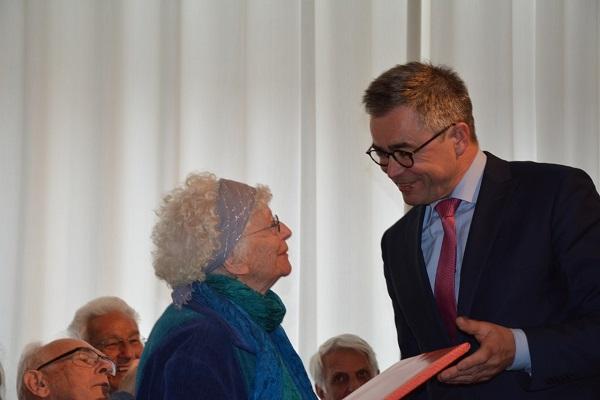 boekuitreiking Hannie van Peter Hamman. De burgemeester van Haarlem reikt het eerste exemplaar uit aan Freddie Oversteegen- Dekker